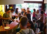 Un lieu pour les associations, collectifs et simples citoyens pour discuter et échanger autour d'un verre ou d'un petit repas.
