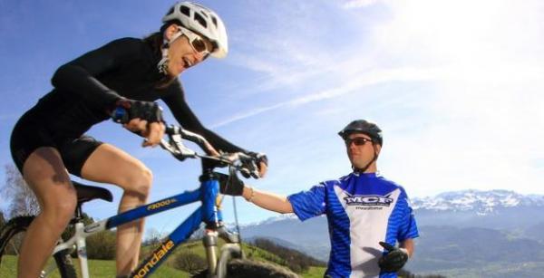 On a décidé d'apprendre aux adultes à faire du vélo !