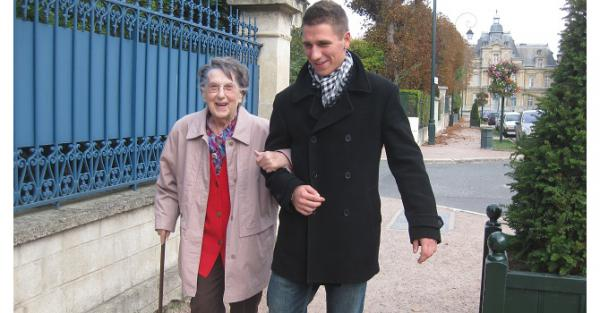 On a décidé de permettre à des bénévoles de rendre des visites hebdomadaires à des personnes âgées pour rompre l'isolement en maison de retraite