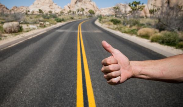Et si on facilitait la pratique du Stop sur les routes ?